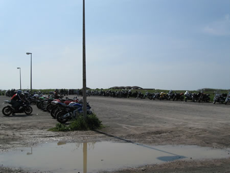 I motoveicoli posteggiati nel piazzale del Bambino Gesù