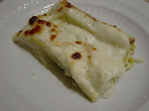 I cannelloni alla ricotta, speck e asparagi nel piatto.