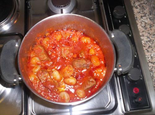 Le cipolline con lo spezzatino pronte per essere servite