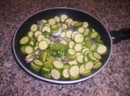 Le zucchine in padella pronte per la cottura